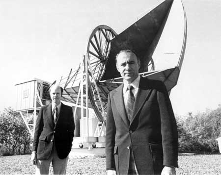 Gambar 2. Penzias (kiri) dan Wilson (kanan) berpose di depan antena yang memberikan mereka Hadiah Nobel pada tahun 1975 untuk penemuan CMB.